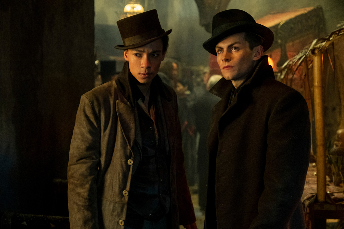 SHADOW AND BONE (L to R) KIT YOUNG as JESPER FAHEY and FREDDY CARTER as KAZ BREKKER in SHADOW AND BONE Cr. DAVID APPLEBY/NETFLIX © 2021